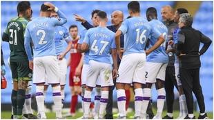 Pepe Guardiola da instrucción a su equipo en el partido frente al...