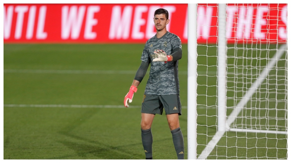 Courtois gives instructions.