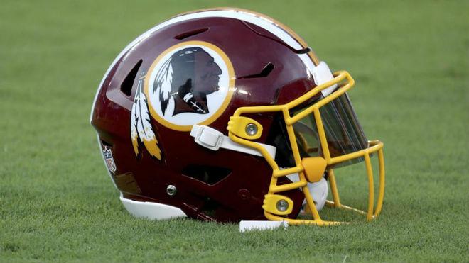 Casco de los Washington 'Redskins' de la NFL en el que se ve la...