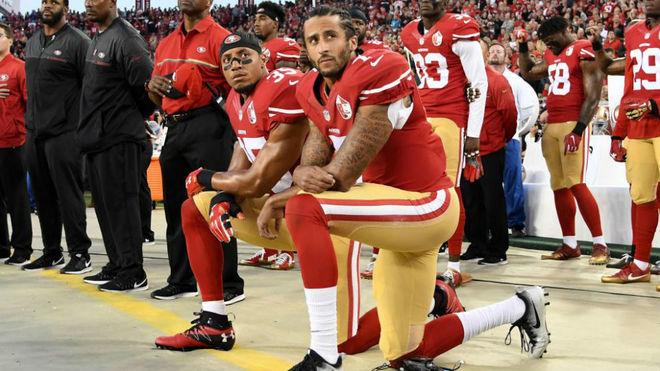 Kaepernick y Reid, de rodillas durante el himno de EE.UU. en el...