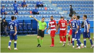 El árbitro amonesta a un jugador del Alavés en Mendizorroza, durante...