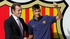 Rosell da la bienvenida a Neymar, en una imagen de archivo.