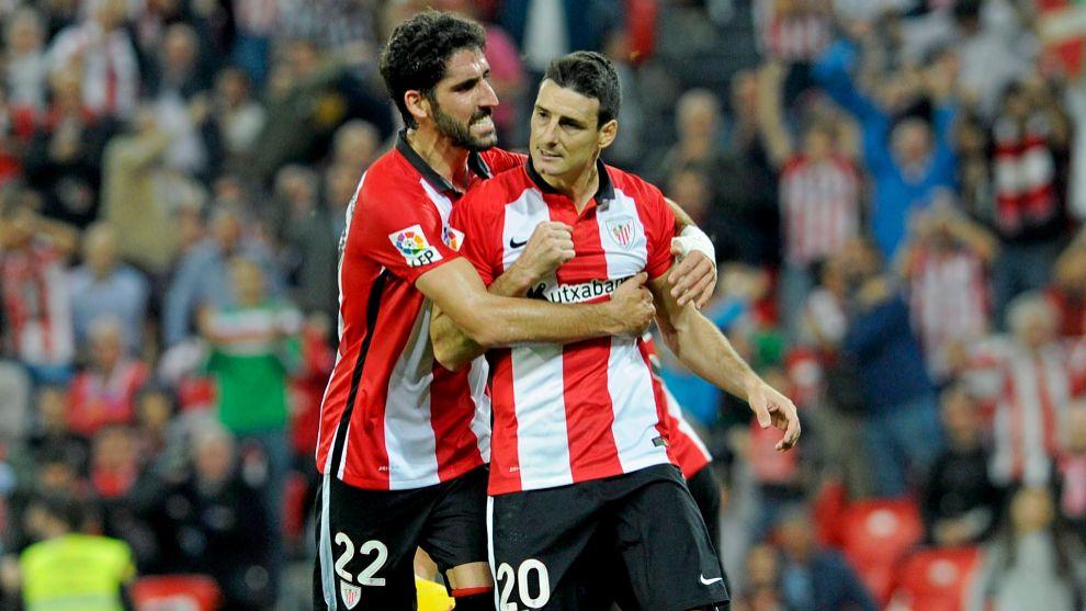 Raúl García, que lleva 13 goles esta temporada, abraza a Aduriz tras...