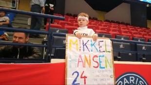 El pequeño admirador de Mikkel Hansen, con su pancarta antes del...