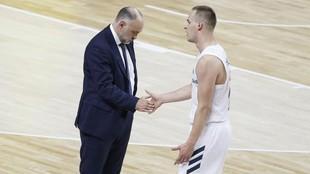 Klemen Prepelic saluda a Pablo Laso al irse al banquillo.