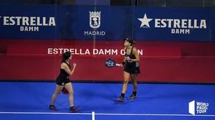 Marta Marrero y Paula Josemaría, celebrando un punto.