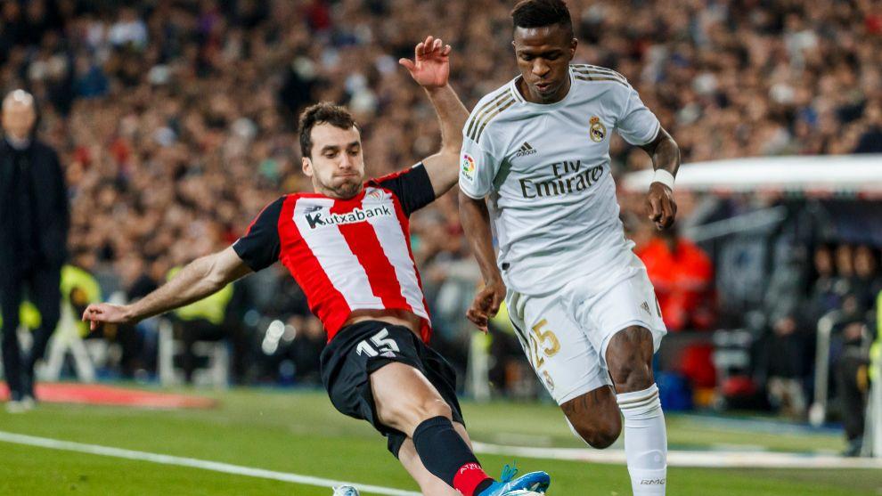 Lekue se estira para cortar un avance de Vinicius en el Bernabéu.