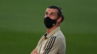 Gareth Bale mira a la grada en la previa de un partido después del...
