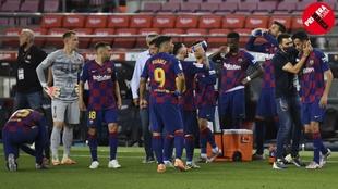 Momento de una pausa de hidratación del Barcelona durante el partido...