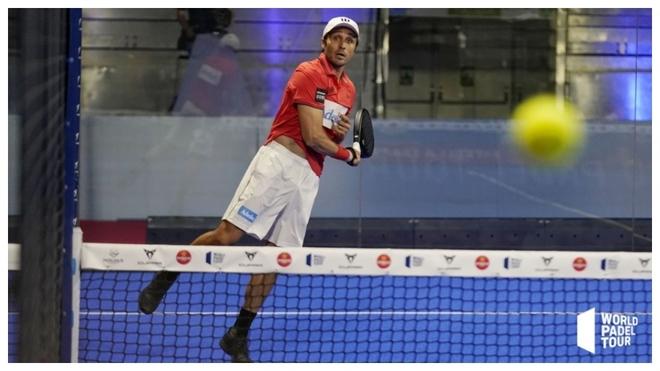 Fernando Belasteguin devuelve una bola en cuartos de final.