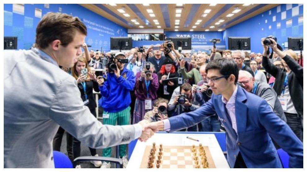 Carlsen y Giri se saludan en una partida anterior.