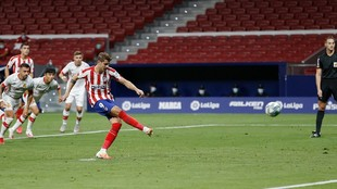 Morata lanza uno de sus dos penaltis al Mallorca.