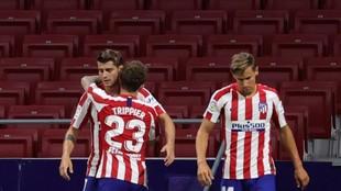 Morata, Trippier y Llorente celebran uno de los goles del 9.