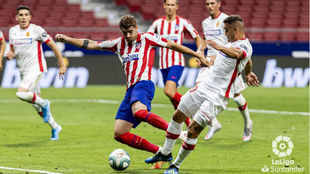 Sedlar rebaña la pelota que intenta golpear Morata en la acción que...