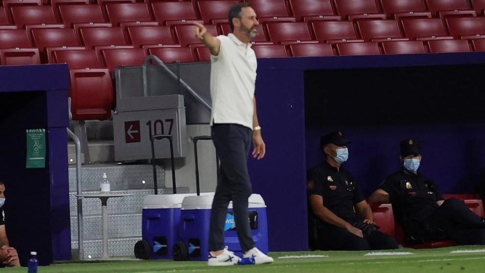 Vicente da instrucciones ante el Atlético.