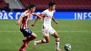Kubo intenta marcharse de Manu Sánchez en el partido entre Atlético...