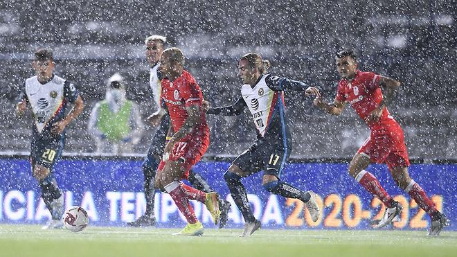 El juego sufrió las inclemencias de la lluvia.