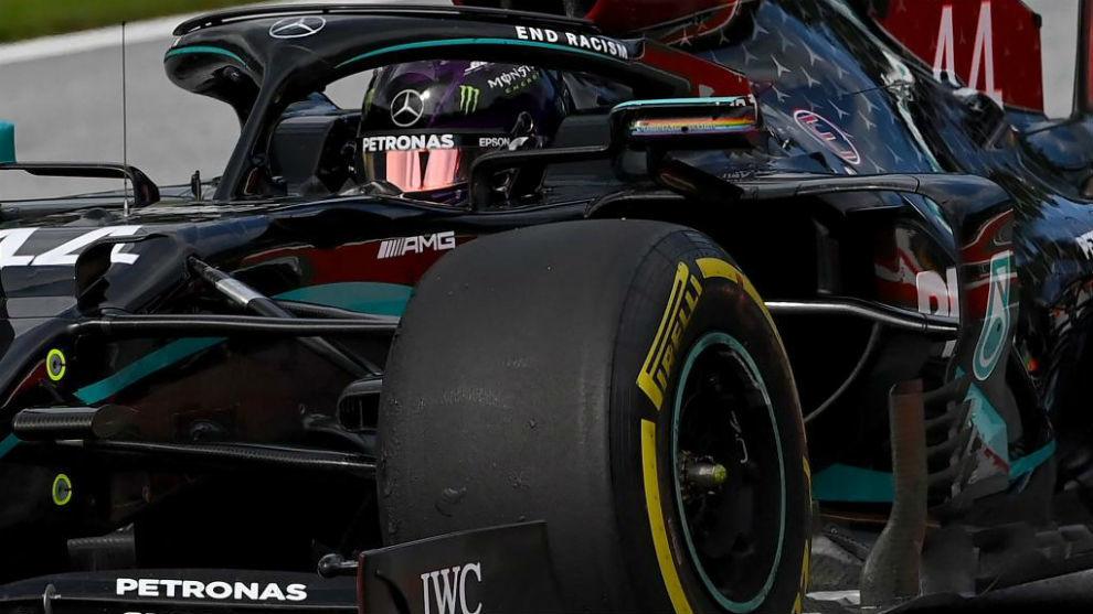 Hamilton, con el Mercedes W11, durante los entrenamientos libres del...