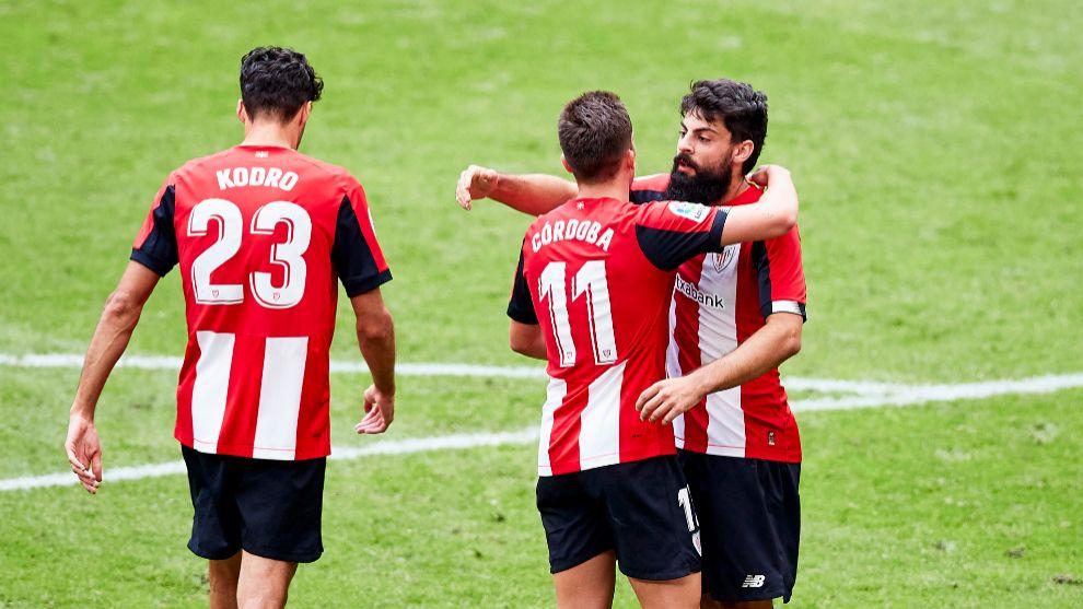 Córdoba felicita a Villalibre por su gol al Mallorca.