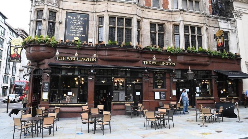 Los pubs abren en Inglaterra tras el coronavirus y esperan servir 15...