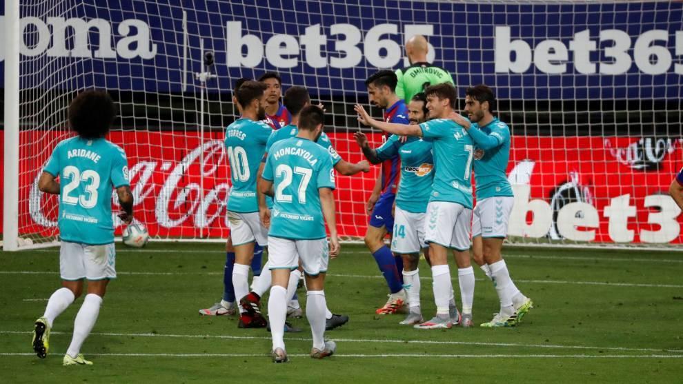 Los jugadores de Osasuna celebran su segundo gol ante el Eibar