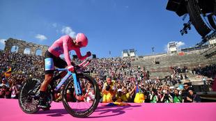 Richard Carapaz luce la maglia rosa en el Giro 2019.