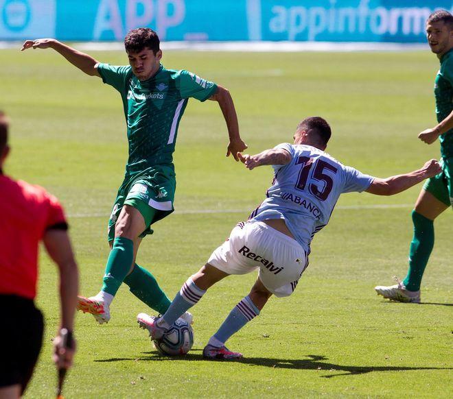 Lucas Olaza pugna por un balón con Aleñá
