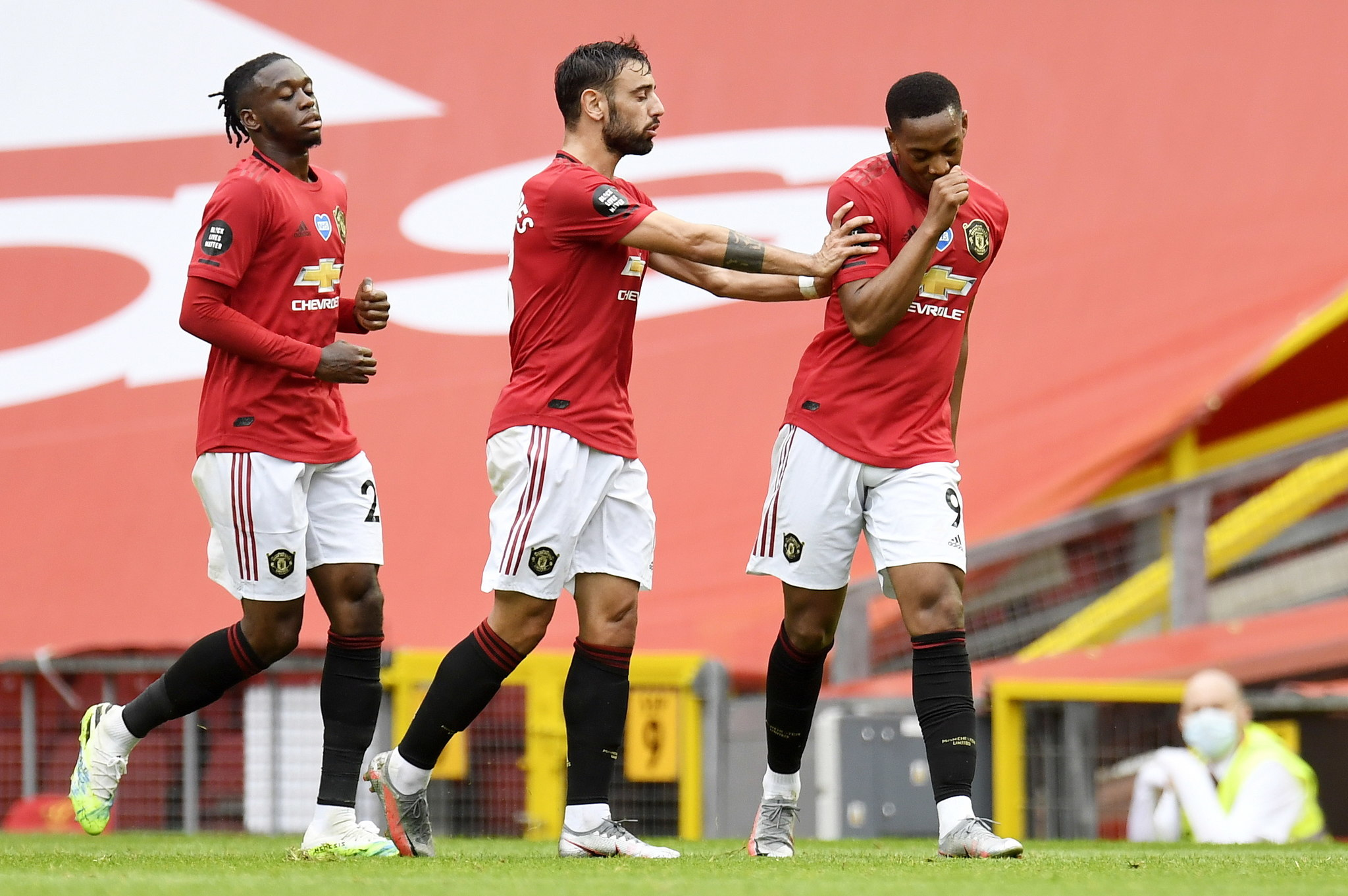 Manchester (United Kingdom), 04/07/2020.- Anthony lt;HIT gt;Martial lt;/HIT gt; (R) of Manchester United celebrates with teammates after scoring his teams third goal during the English Premier League match between Manchester United and AFC Bournemouth in Manchester, Britain, 04 July 2020. (Reino Unido) EFE/EPA/Peter Powell/NMC/Pool EDITORIAL USE ONLY. No use with unauthorized audio, video, data, fixture lists, club/league logos or live services. Online in-match use limited to 120 images, no video emulation. No use in betting, games or single club/league/player publications