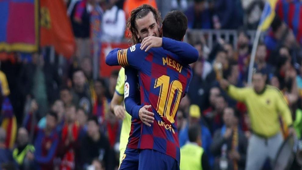 Griezmann y Messi se abrazan