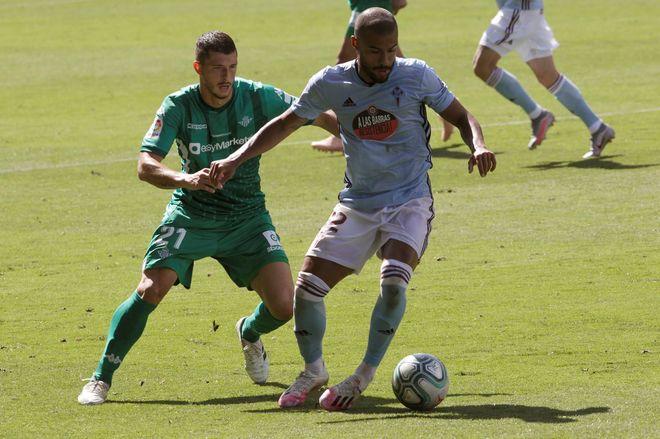 Rafinha pelea un balón con Guido Rodríguez