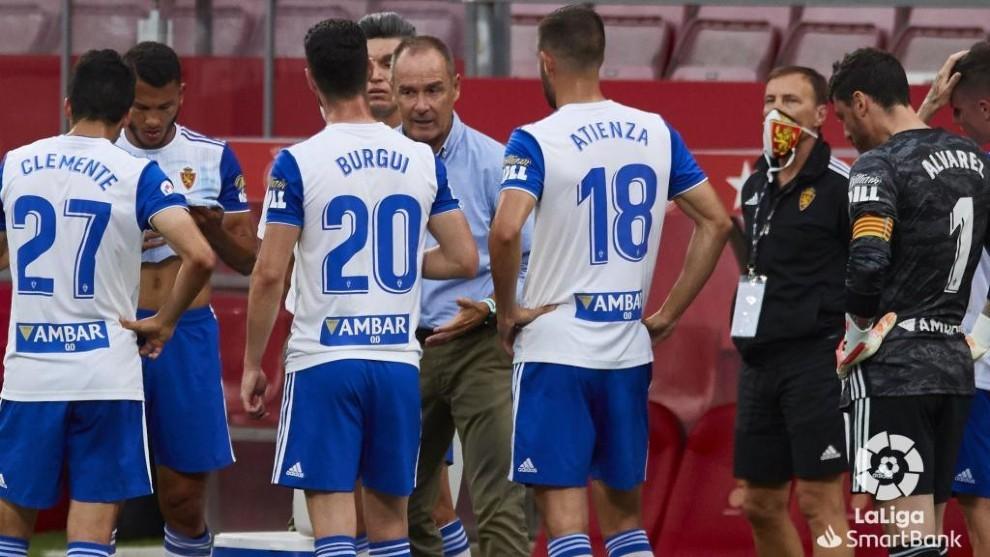 Los jugadores del Real Zaragoza reciben una charla de Víctor en el...