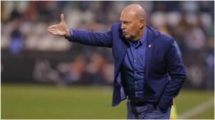 Pepe Mel gesticula dando órdenes a sus jugadores durante un partido