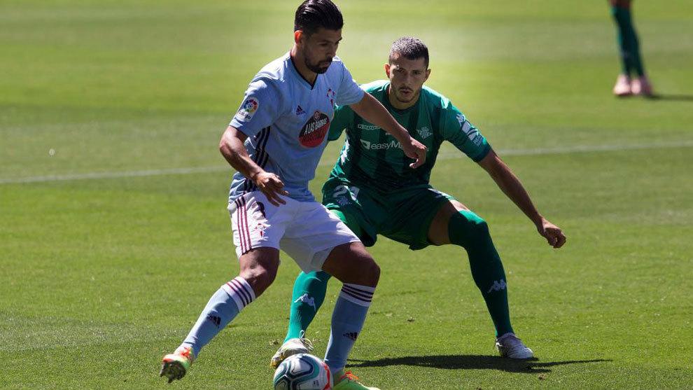 Nolito pugna por un balón con Guido Rodríguez en el Celta-Betis