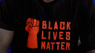 Black Lives Matter en una playera de los Raptors de Toronto.