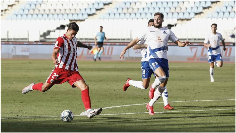 Darwin Núñez intenta lanzar el balón delante del defensor Sipcic