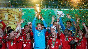 Neuer, levantando el trofeo.