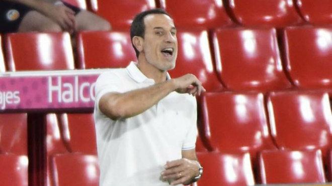 El técnico del Valencia, Voro González, da indicaciones en el Nuevo...
