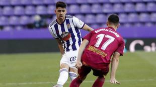 Adrián Marín pugna con Waldo en una acción del partido.