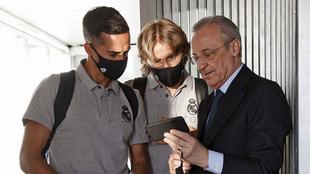 Florentino Pérez muestra un contenido de su teléfono a Lucas...