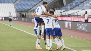 Los jugadores del Tenerife celebran el gol de la victoria en Almería.