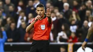 El colegiado, Gil Manzano, en el partido entre el Valencia y el F.C....