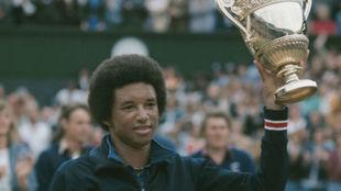 Arthur Ashe, con el trofeo de Wimbledon en su edición de 1975