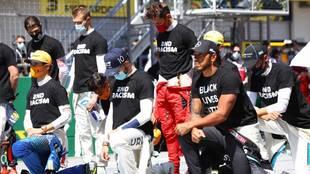 Los pilotos de F1 rinden homenaje a George Floyd en el Gran Premio de...