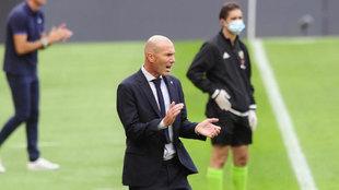 El entrenador del Real Madrid, dando instrucciones en San Mamés