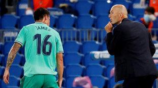 James y Zidane, durante el Real Sociedad-Real Madrid