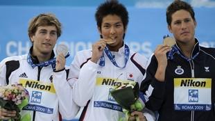 Koga, en el centro, en el podio de la Mundiales 2009, con Aschwin...
