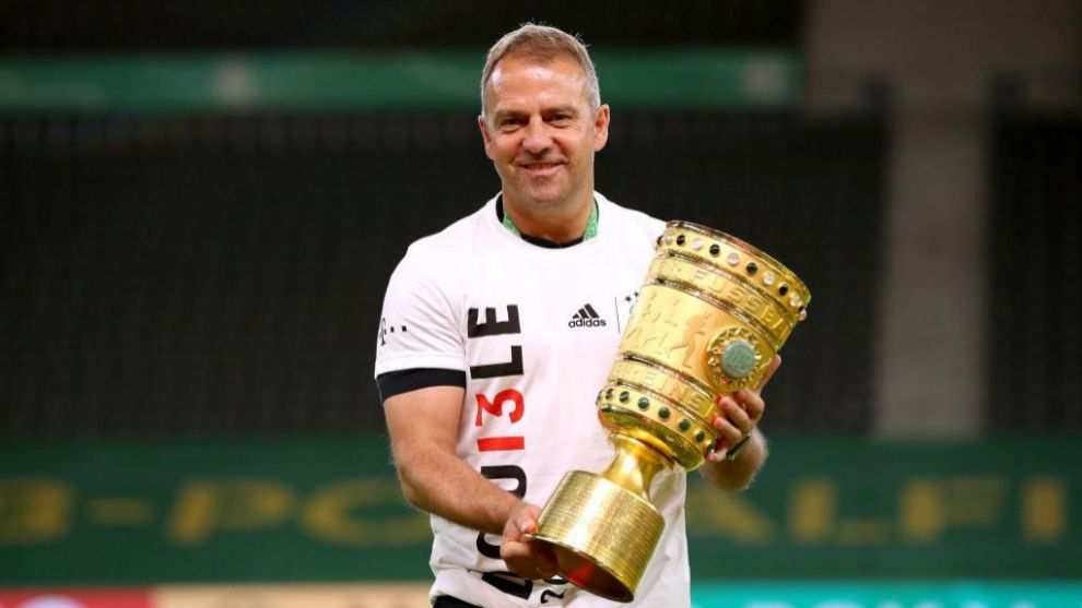 Hans-Dieter Flick levanta la Copa de campéon de Alemania.