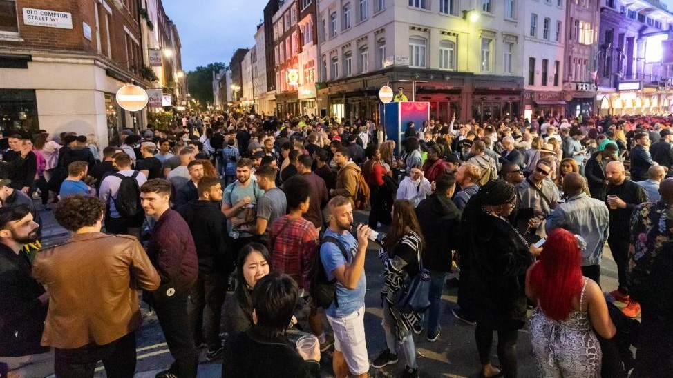 Caos en Inglaterra por la apertura de pubs multitudes peleas borrachera general