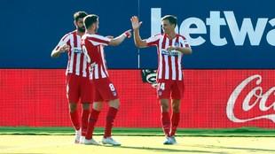 Saúl y Marcos Llorente celebran un gol con Diego Costa.