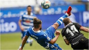 Christian Santos se arma para hacer la chilena y marcar el segundo gol...